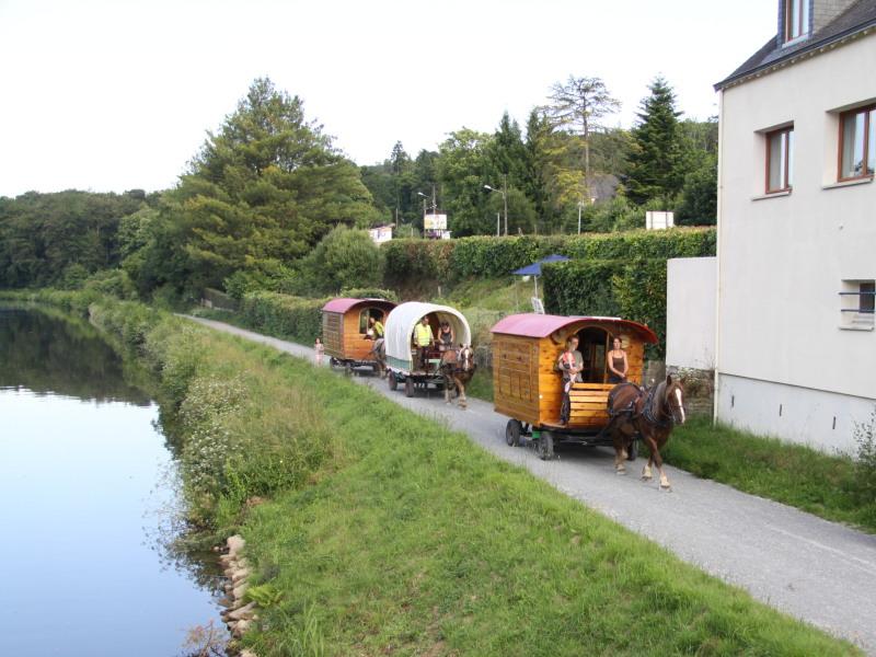 Roulottes sur le chemin de halage du canal de Nantes à Brest