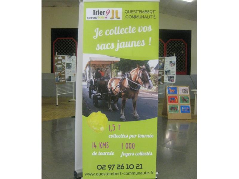 Les bannières de la communauté de communes, qui utilise le cheval pour la collecte de sacs jaunes