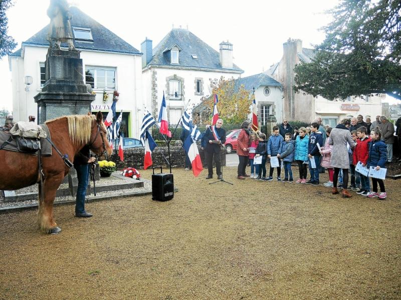 commemoration-une-ceremonie-aux-deux-monuments-aux-morts_Langonnet
