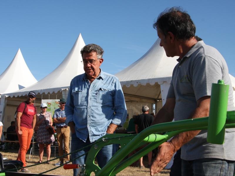 Pierre Avril, en grande discussion avec Yves Cochet, sur les outils utilisables en traction animale agricole, mais pas que